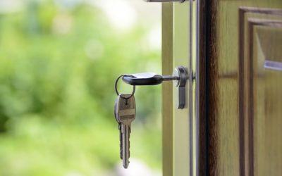 ¿Puedo cambiar la cerradura de mi domicilio si me encuentro en trámites de divorcio?